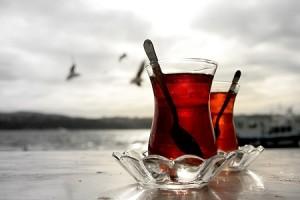 Bir Bardak Çay Buğusunda Dostu Beklemek